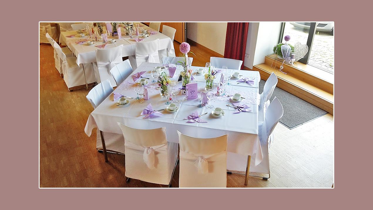 Tischdeko lila weiß Hochzeit im Frühling